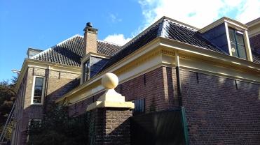 Gemeentehuis Rozendaal, met pannen die rechts over links liggen